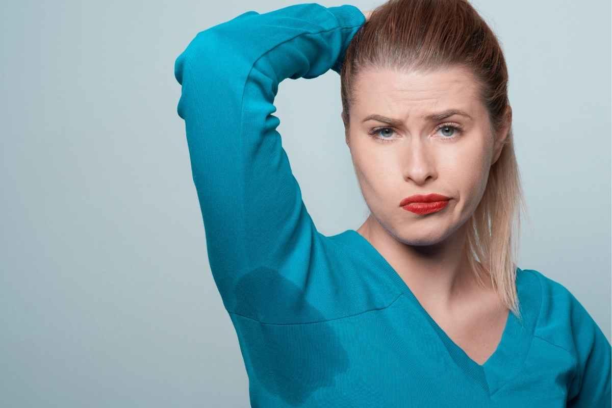 schwitzende Frau mit Hyperhidrose